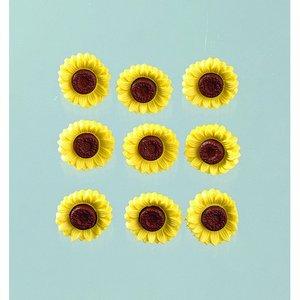 Knapp 19 x 19 mm - gul / brun 9 st. Soliga Blommor