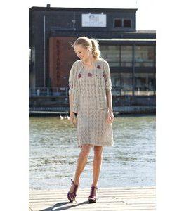 Billigtpyssel.se | Stickmönster - Mönsterstickad klänning och kofta med virkade blommor