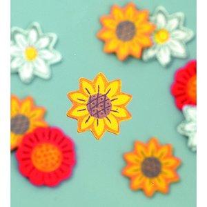 Dekor trä 25 mm - vit / röd / gul 24 st. Blandade blommor